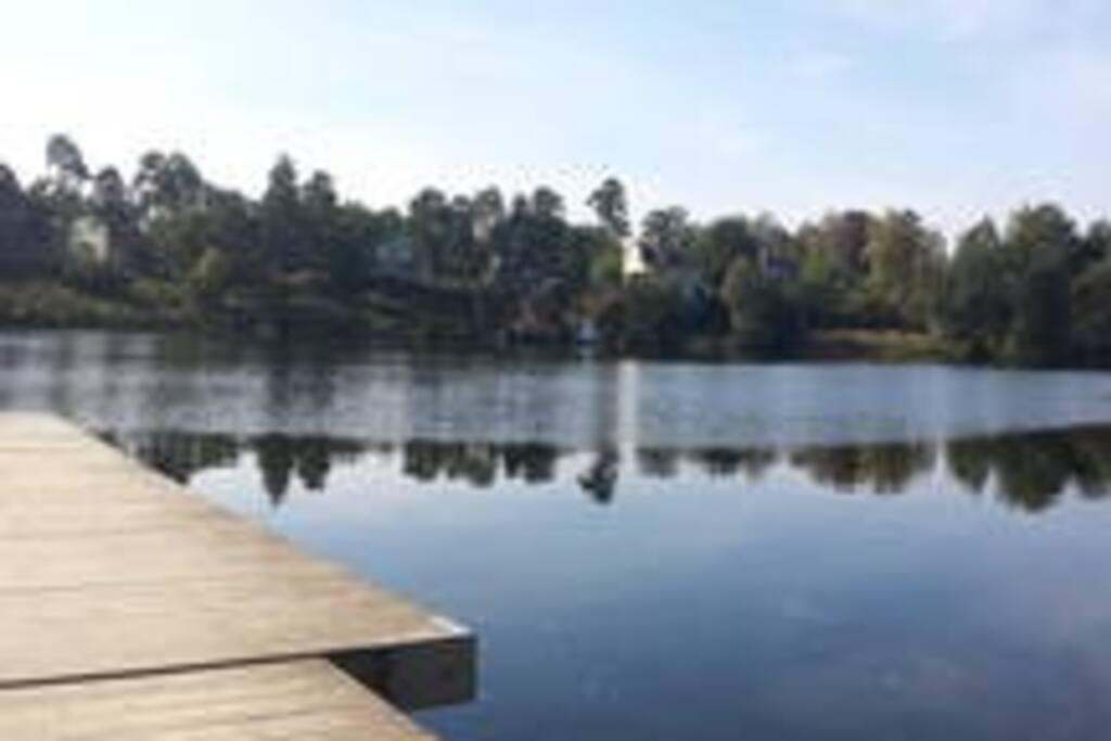 Bagarsjön Vår härliga varma badsjö (Bagarsjön) med sandstrand och badbryggor.