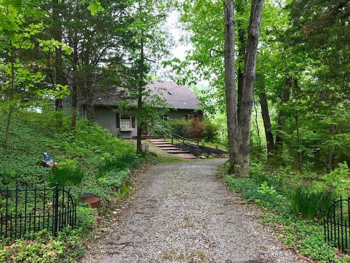 Home Nestled in the Woods, 1.5 miles from Town