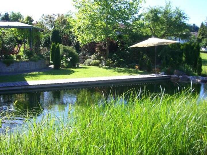 Landhaus in schöner Gartenanlage mit Schwimmteich