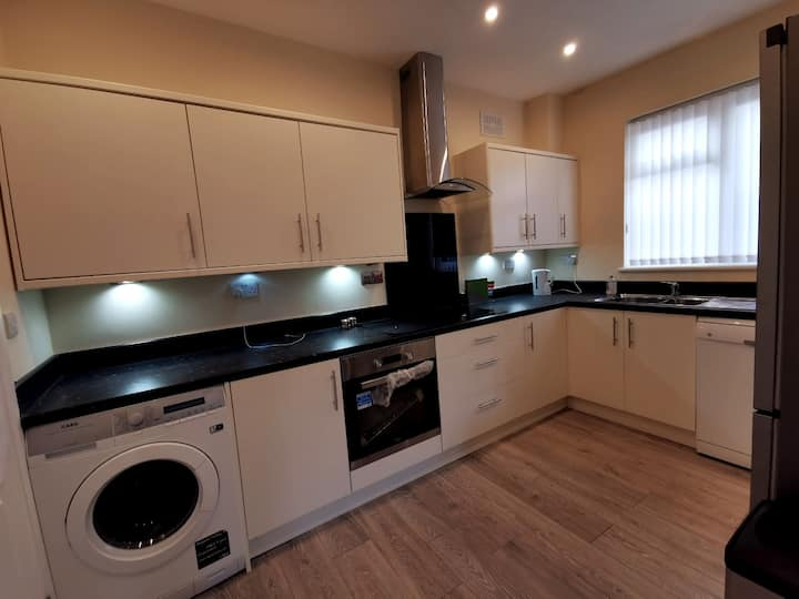 Modern bungalow 17 minute train to London Bridge