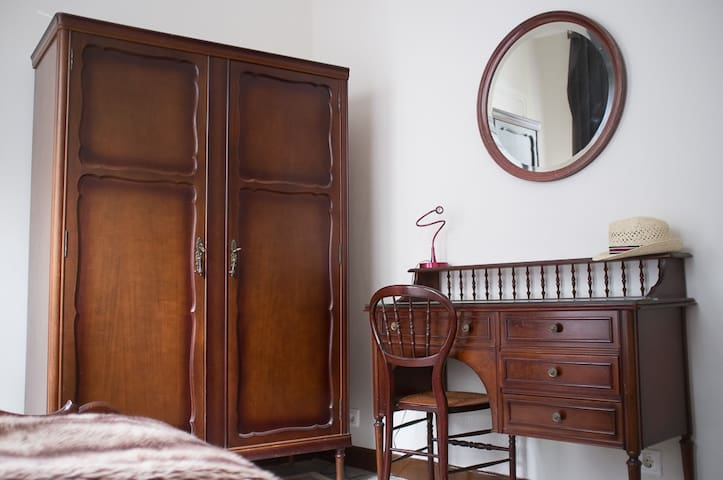 Charming Room in front of Cathedral - León - Bed & Breakfast