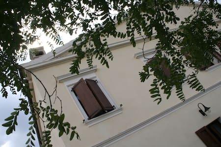 villa di campagna con 3 appartament - Ozieri