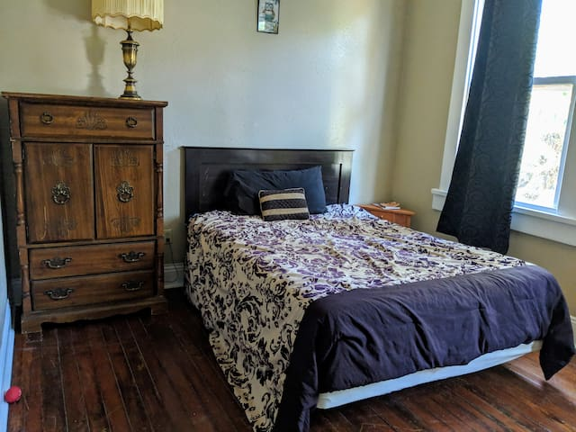 Comfy Private Queen Bedroom Near Streetcar