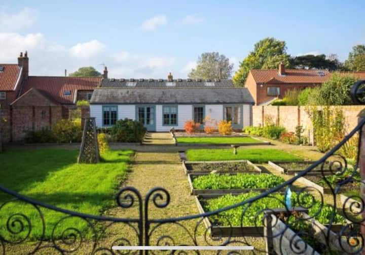 Private cottage with walled garden - pub nearby