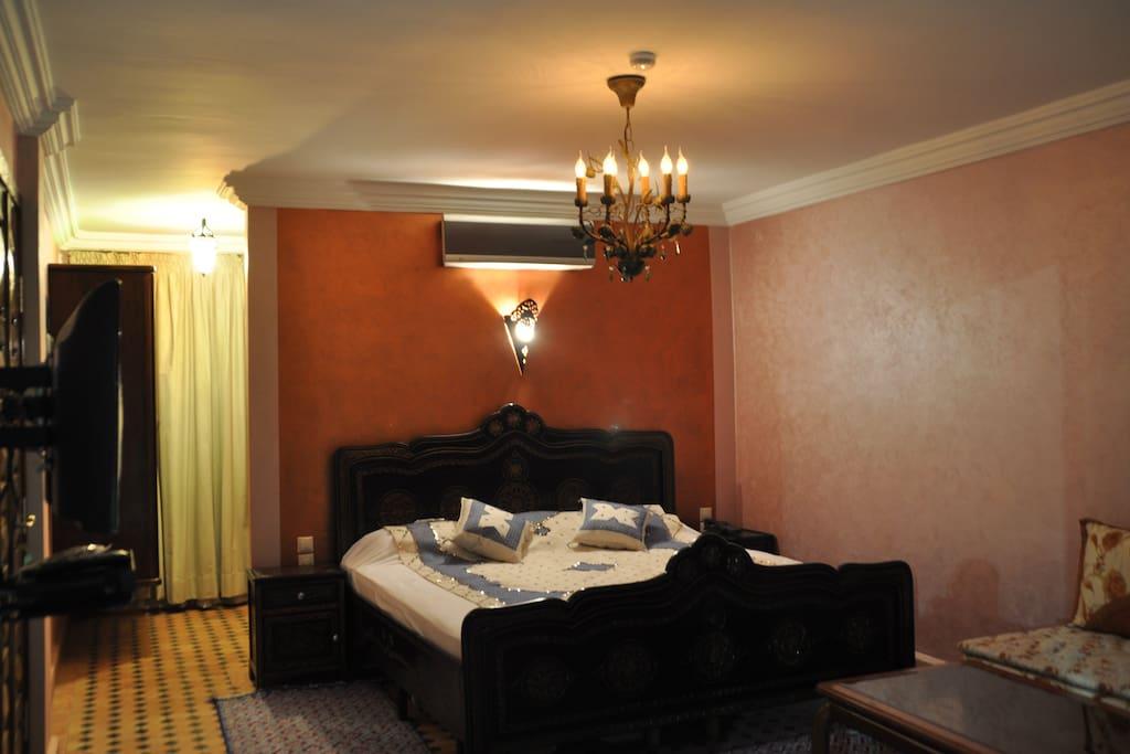chambre de 20 m2 avec climatisation et sa salle de bains et sa vue sur piscine et son accès direct