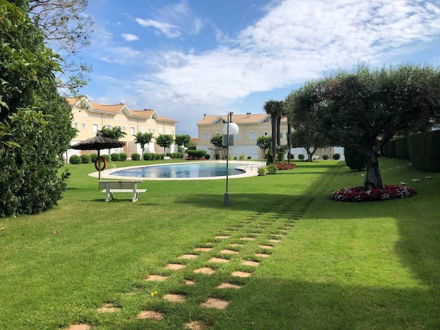 House with pool and private garden 700m from the beach