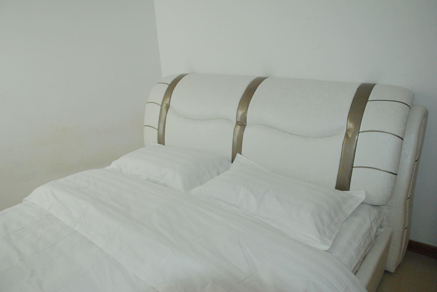 席梦思床加软包床,睡在上面特舒适。