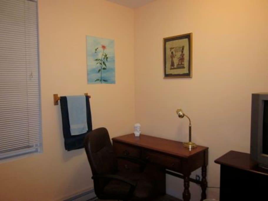 Le bureau et un vrai fauteuil pour étudier
