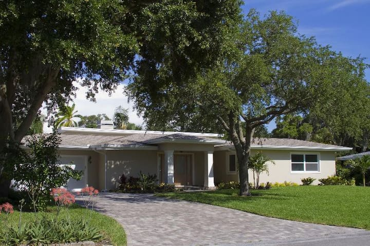 Contemporary Home on the Bluff - Belleair Bluffs - Ev