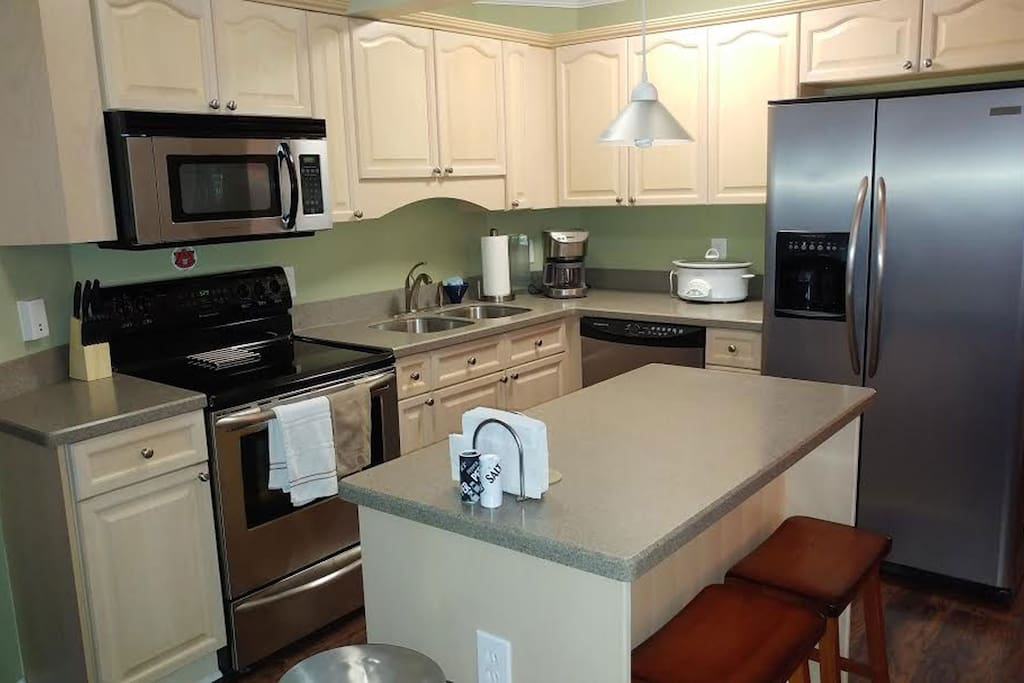 Full kitchen - stove, fridge, dishwasher, microwave