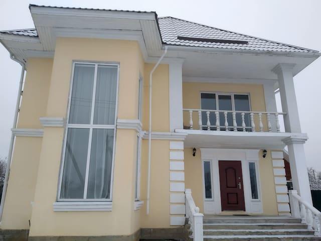 Фасад дома и главный вход