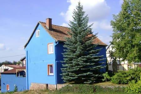 Blaues Haus am Naturpark Kyffhauser - Casa