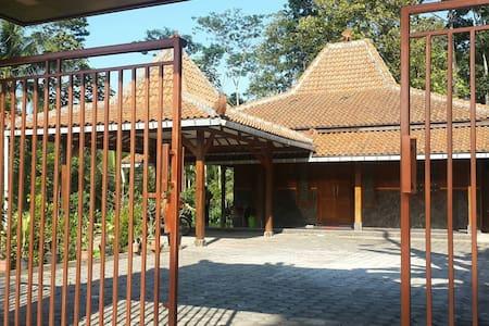 Wisma Bu Eko Salatiga - Salatiga - House