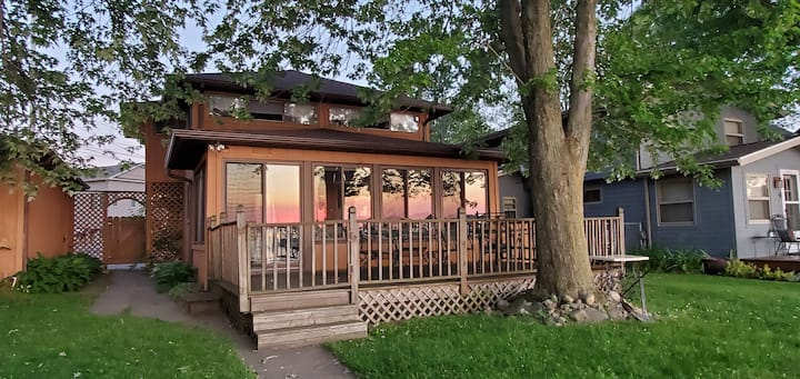 Sunset View on Devils Lake- Waterfront- Sleeps 10