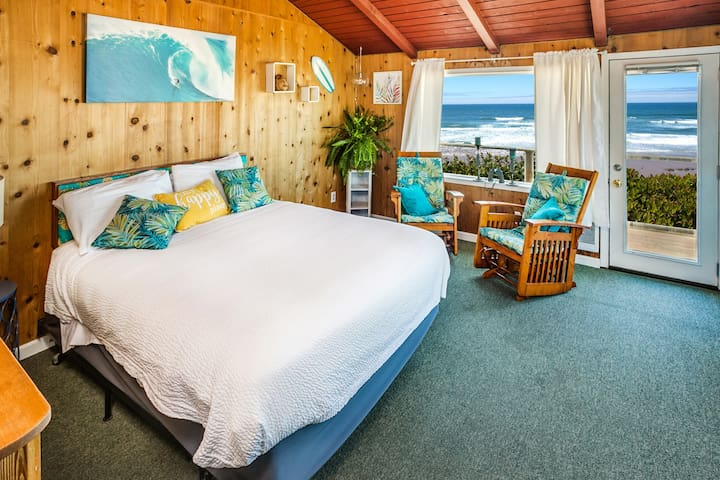 Cliff-side ocean view Hawaiian themed room w/deck