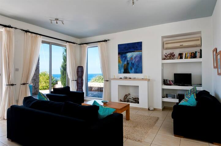 Villa Sea View sleeps 6 people with 3 bedrooms and 2 bathrooms
