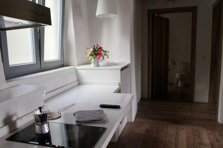 Dalla sala cucina e divano letto al bagno e alla camera
