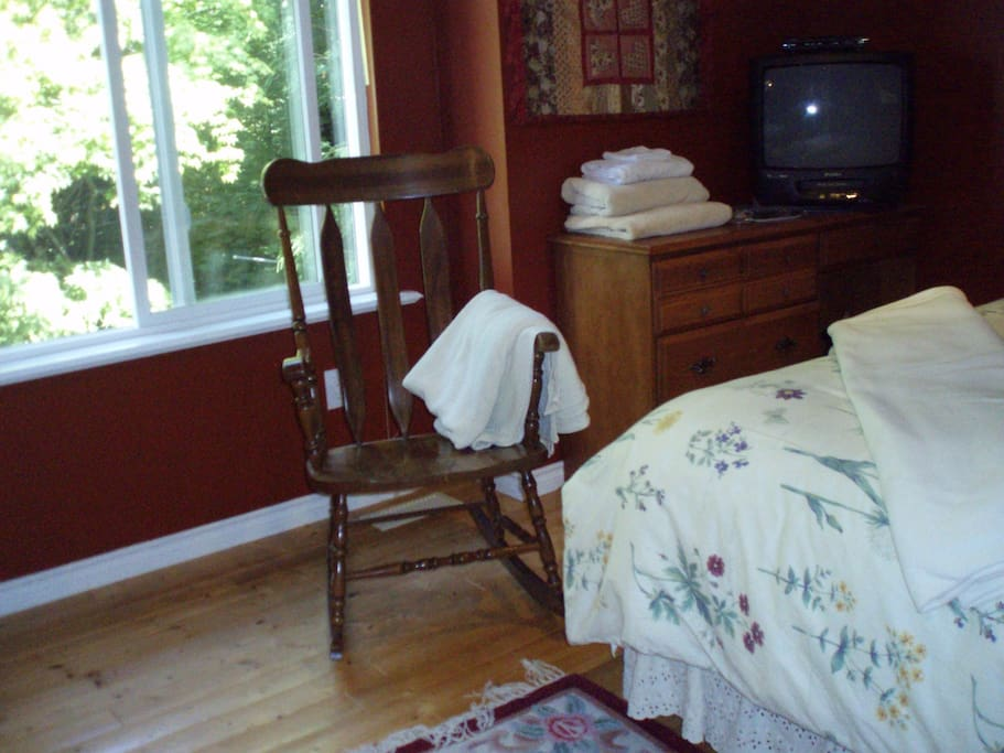 ***This is the airbnb guest bedroom....it looks out over a wooded salmon bearing creek. It has pine flooring, a comfortable queen sized bed, duvet covers, wifi, privacy, and the luxurious and completely  private bathroom is next door.