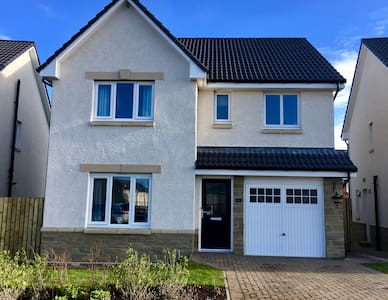 Brand new, modern home near Airport with Parking - Kirkliston