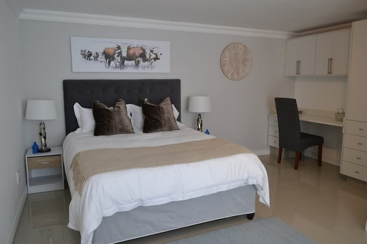 Woodmead - Wood Suite 9