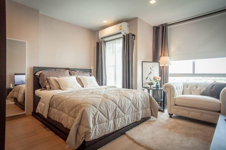 Cozy Bedroom 30ft from BTS (S10).