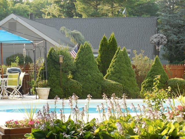 2 Single beds. Nice pool/backyard,  near Six Flags