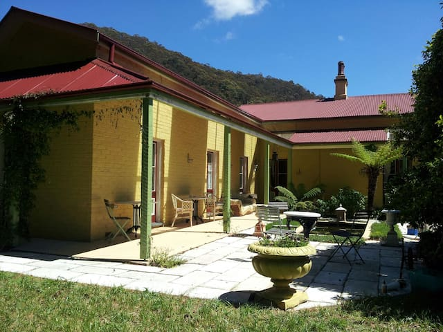 B&B in a heritage home, walk to Lithgow centre - Hermitage Flat - Bed & Breakfast