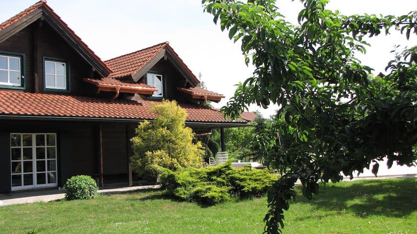 Wunderschönes Blockhaus mit Pool /vier Wohnungen