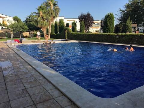 Bonita casa adosada ,zonas ajardinadas y piscina