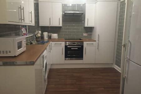 Brand new refurbished room near town :-) - Basildon