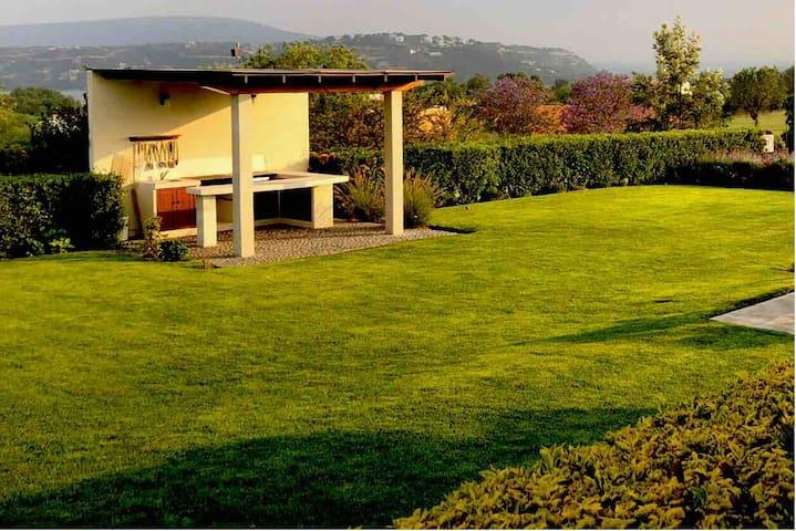 Hermoso jardín con asador para disfrutar de un día, tarde o noche estrellada