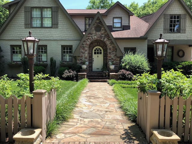 Charming two bedroom home near the Grand Ole Opry