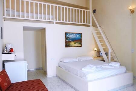 Traditional room - Livanios studios - Adámas