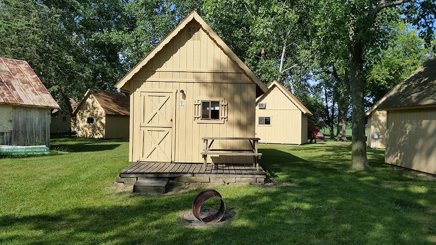 *DOG FRIENDLY* 4 Person Cabin w/ AC & Fridge