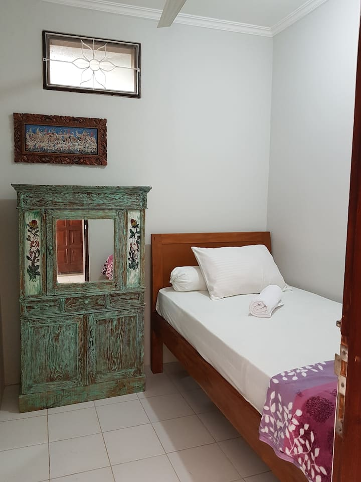 leni home stay bali, just 1 bed room 1 people
