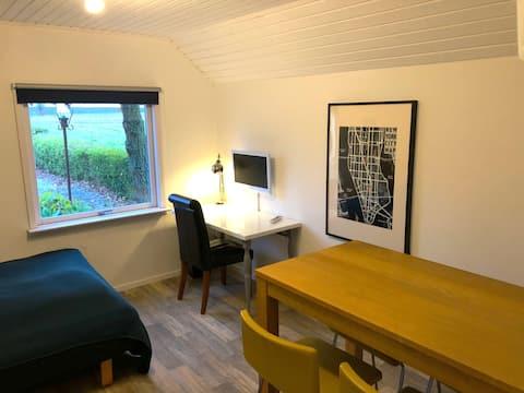 Hyggeligt værelse i anneks med eget bad og indgang