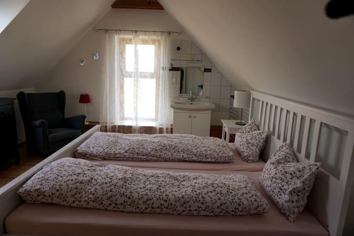 Schlafzimmer 1 mit gemütlicher Leseecke
