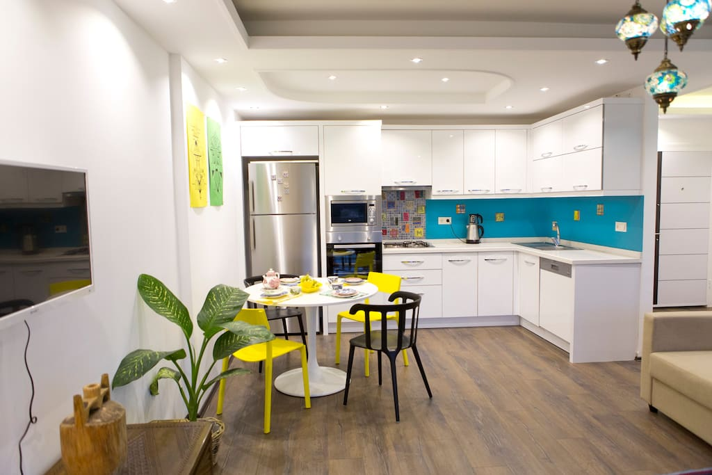 Kitchen amenities include dishwasher, microwave, oven, cookware, tableware, etc.