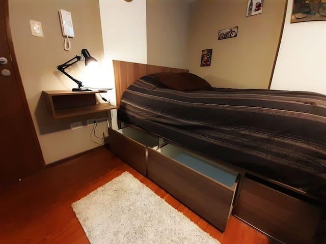 Cajonería muy espaciosa en la parte inferior de la cama.