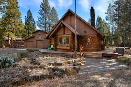 • Deep Cleaned - Sisters Dream Inn - amazing pet friendly cabin located on 2 beautiful acres in a quiet area of Sisters.
