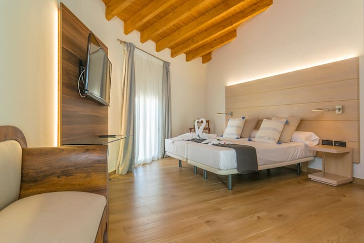 SOM CENTRAL SUITE - Hotel room for 2 people in Maria de la Salut.