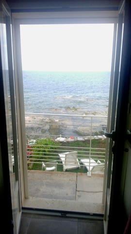 balcon terrasse avec vue sur la mer