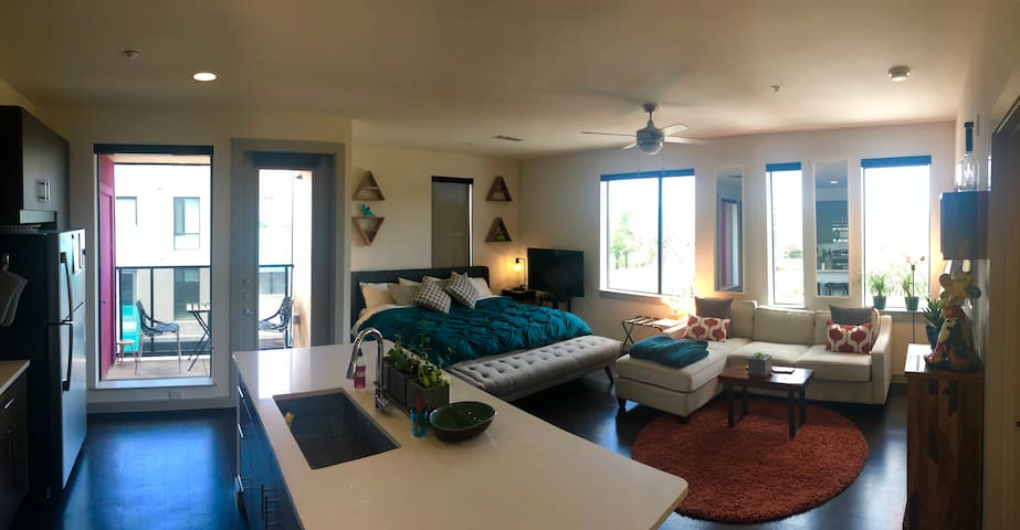 The Outlook - Modern Studio w King Bed!