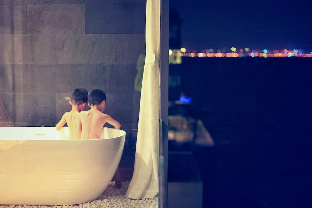 Kids bathing in the tub at the balcony 孩子们阳台浴缸泡澡