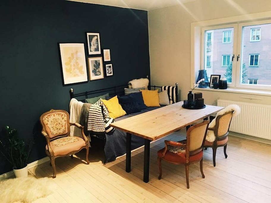 Cozy corner with dining table that fits 6 people.