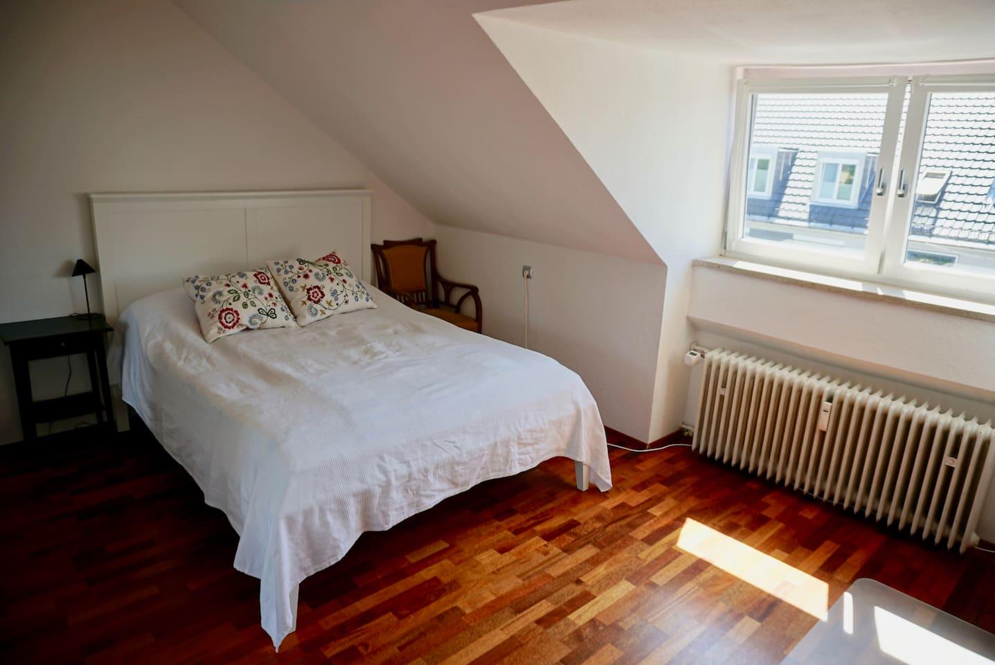 Schlafzimmer mit gemütlichem Doppelbett.