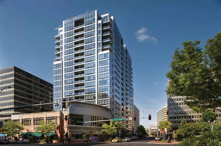 Bright, modern 2br 2bth with beautiful DC views