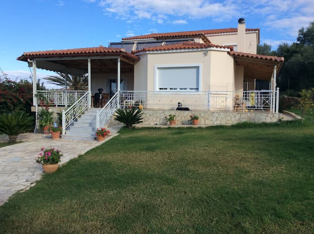Beautiful villa southeast of Athens - Thimari - Villa