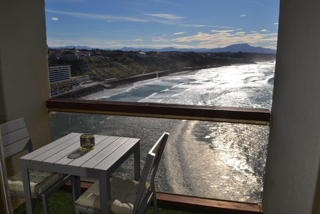 Balcon avec vue plongeante sur l'océan depuis le 9ème étage