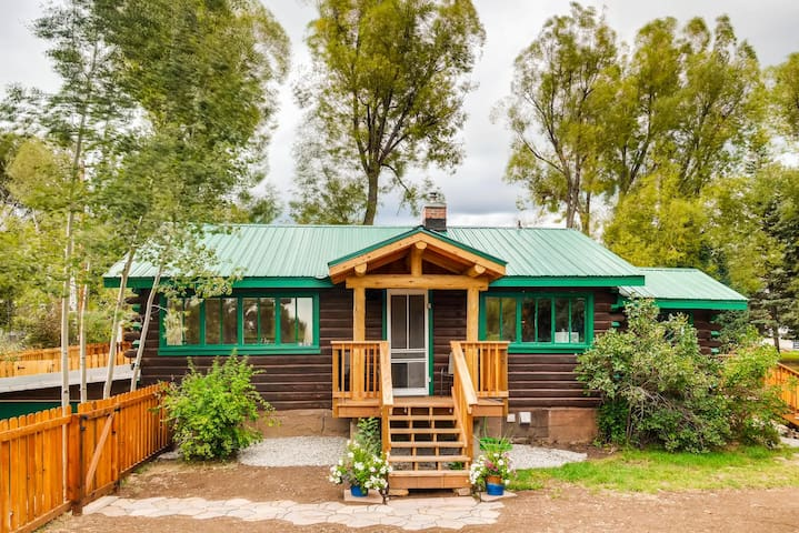 Downtown historic log cabin cabins for rent in steamboat for Steamboat springs cabins for rent